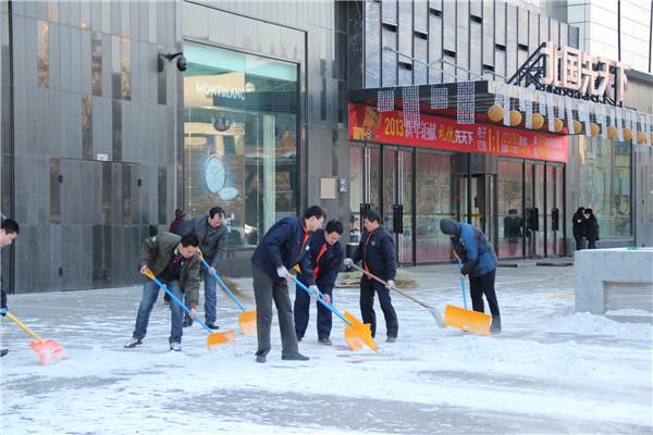 保定先天下广场那群扫雪的人图片