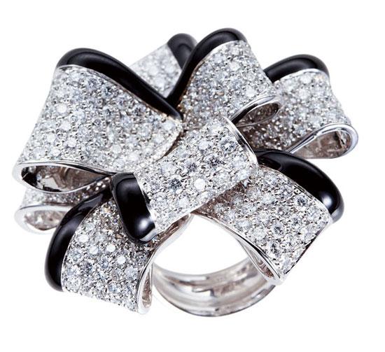 曾连续获得9届dia珠宝设计大奖中的多项奖项,其作品风格影响到欧洲