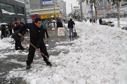 新百广场扫雪忙图片