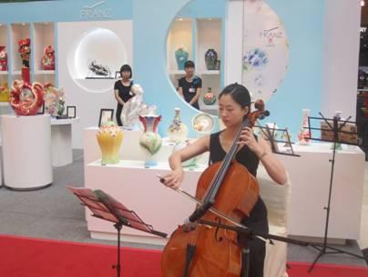 大提琴乐手演奏巴赫名曲